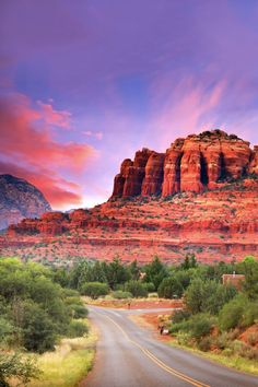 Looking for the perfect relaxing weekend getaway in the United States? Consider heading to Sedona, Arizona. Read this complete weekend guide to Arizona's prettiest city! Your complete relaxing weekend guide to Sedona, Arizo Arizona Road Trip, Sedona Arizona, Arizona Travel, Phoenix Arizona, Visit Las Vegas, Angeles, Belle Villa, Most Beautiful Cities, Week End