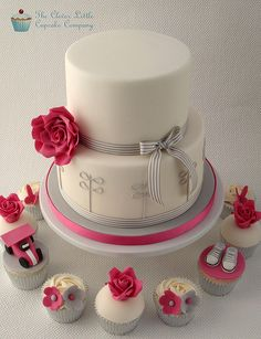 Modern Wedding Cake with Cupcakes | Flickr: Intercambio de fotos