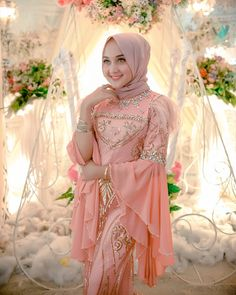 Gambar mungkin berisi: 1 orang Hijab Dress Party, Hijab Style Dress, Modest Fashion Hijab, Abaya Fashion, Muslim Fashion, Gaun Dress, Dress Brokat, Kebaya Brokat, Kebaya Hijab
