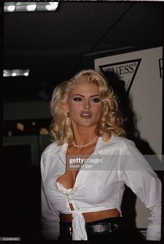 Red Carpet Makeup, Anna Nicole Smith, Cool Poses, Becoming A Model, Young And Beautiful, Guess Jeans, Aesthetic Fashion, Fashion Models, Celebs