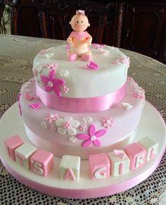 Torta de baby shower para niña, con muñequita y cubitos modelados en cerámica en frío, 50 porciones.