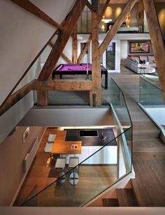 Sofa kunst licht dachstuhl dachgeschoss holzbalken for Fachwerkhaus modern einrichten
