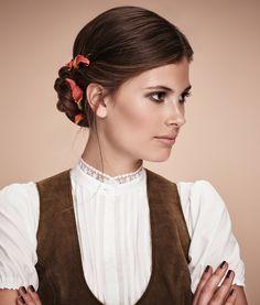 Ein besonderer Look, den nicht jede hat: ein gekordelter Chignon mit Haarband.