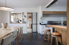 這個位於法國鄉間的住宅,是Olivier Chabaud Architectes事務所的設計作品,原本的老舊空間被改建,成為既有住家的附屬建物。利用挑高獨立的空間增建了整面牆的書架,利用原本的木結構讓室內和戶外的自然綠意增添空間的連結性,獨立運作的廚房以及娛樂室,讓原本的老舊空間在改建後添附更多新的機能。  via Olivier Chabaud Architectes