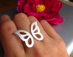 """""""Uno de mis clientes me sugirió brillantes hacer un anillo de mariposa. El concepto se ajusta a mi estilo ala desvinculado anillo ajustable perfectamente. Así que aquí vamos :) Mariposa de plata..."""