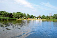 Mecklenburg-Vorpommern: In der kleinen Fischergemeinde Altwarp ist die Welt noch in Ordnung, und der Erholung auf den beiden Stellplätzen steht nichts im Wege – inklusive Bootsausflug nach Polen.