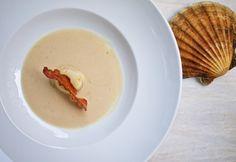 Weiße Bohnensuppe mit Jakobsmuschel und karamellisiertem Speck / http://piasdeli.de/Rezept/weisse-bohnensuppe-mit-jakobsmuschel-und-karamellisiertem-speck/