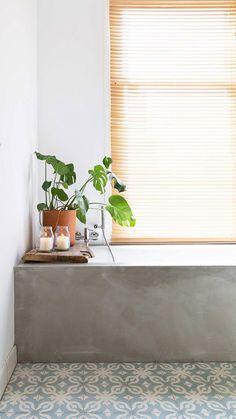 green potted plant and tan shade via vtwonen. / Badezimmer dekorieren Pflanzen natur Holz Beton Badewanne Jalousie Deko wohnen einrichten