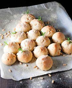 Muotoile rosmariini-pinjansiemensämpylöistä suloinen kuusi, joka sopii loistavasti jouluiseen teemaan. Scones, Hamburger, Rolls, Potatoes, Snacks, Vegetables, Breads, Food, Essen