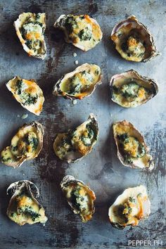 Oysters Rockefeller is a quick & easy seafood dish that takes only 15 minutes to prepare. Just add creamed spinach, garlic, and mozzarella to your favorite fresh, local oysters. Seafood Dishes, Seafood Recipes, Cooking Recipes, Shellfish Recipes, Sushi Recipes, Food Styling, Oyster Recipes, Food Porn, Gastronomia