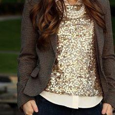 social chic = calça jeans + blusa social + pérolas + sobreposição de paetes + casaco. amei essa combinação!