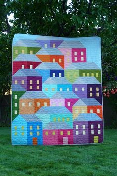 My 'Shanty Town' quilt ( aka Hillside Houses ) is finished ! A while back I … – Knitting Blanket 2020 House Quilt Patterns, House Quilts, Scrappy Quilts, Easy Quilts, Farm Animal Quilt, Missouri Quilt Tutorials, Hillside House, Rainbow Quilt, Knitted Blankets