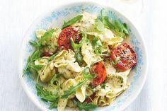 De gegrilde tomaten en een scheutje wijn in deze zomerse pasta zorgen voor extra smaak - Pasta met pestosaus en gegrilde tomaten - Recept - Allerhande