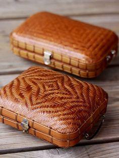Women's Purses : Bamboo purse by Taketora, Japan - Fashion Inspire Bamboo Crafts, Back Bag, Womens Purses, Evening Bags, Rattan, Wicker, Basket Weaving, Fashion Bags, Japan Fashion