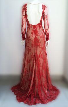 Decote flutuante do vestido de renda vermelho #estiloluciafranco #rendas #bordados #couture #altacostura