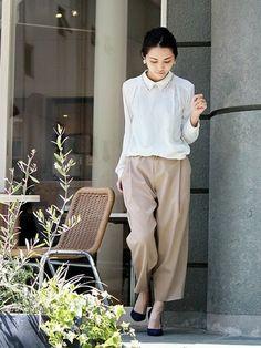 落ち感のあるセミワイドなパンツにブラウスを合わせて。 落ち着いたカラーと襟元のビジューで品のある華やかさをプラスして、女性らしいエレガントさを取り入れたオフィスコーディネートです。