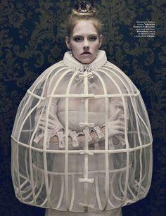 Publicação da revista Vogue Rússia de 2010, com uma interpretação da gola de rufos renascentista e da verdugada, tão usados na época.