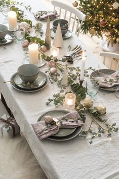 Creative and Great Moodboard: Maak de feestdagen with a Mooie Kersttafel Moodboard: Breakfast was compiled with. Silver Christmas Decorations, Christmas Table Centerpieces, Christmas Table Settings, Rustic Christmas, Christmas Home, Christmas Tables, Nordic Christmas, Christmas Makeup, Modern Christmas