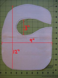 Baby Bib Tutorial - - Here's a quick and fun baby shower gift. I made these bibs for a friend who has a baby boy on the way! Six easy steps below.Materials for 1 Baby Bib: 1 fat quarter (front of bib)½ yard terry cloth …. Diy Baby Gifts, Best Baby Shower Gifts, Baby Shower Fun, Fun Baby, Quilt Baby, Baby Crafts To Make, Baby Bib Tutorial, Couture Bb, Baby Bibs Patterns