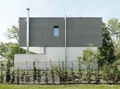 Fatada ventilata realizata pentru o casa particulara cu panouri din beton aparent fibreC, culoarea Silvergrey. Mai multe proiecte cu acest material: http://bit.ly/1kppohg