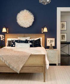 quelle couleur pour une chambre murs en bleu fonce parquet et lit de bois accessoires en couleurs chaudes