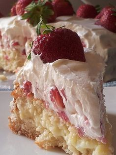 Szwedzki torcik truskawkowy to.Biszkopt i krem waniliowy.Przepis na szwedzki torcik truskawkowy Just Desserts, Delicious Desserts, Yummy Food, Baking Recipes, Cake Recipes, Dessert Recipes, Swedish Recipes, Strawberry Cakes, Piece Of Cakes