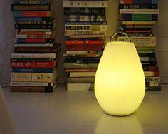 柔らかな光とフォルムは、洋室にも和室にもよく似合う。