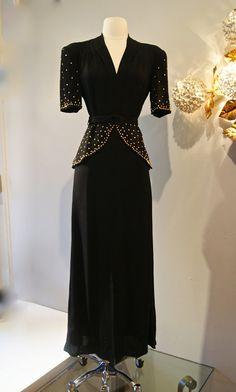 Dress // Vintage Film Noir Black by xtabayvintag 1940s Outfits, 1940s Dresses, Vintage Outfits, Moda Vintage, Vintage Vogue, 1940s Fashion, Vintage Fashion, Vintage Style, Vintage Gowns