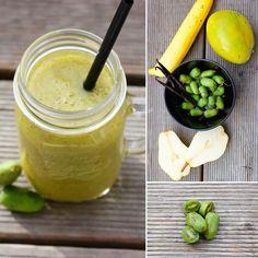 Kiwibeeren oder Minikiwis sind sowas von lecker. Sie schmecken nach einer Mischung aus Bananen Melonen und schwarzen Johannisbeeren. Die Schale ist nicht pelzig wie bei den normalen Kiwis. Kiwibeerenzeit ist ab Oktober also jetzt :) Danke Angelique für diesen Beitrag.  Zutaten: 80 gr. Minikiwis 1 Mango 1 Birne 1 Banane Mark von einer Vanilleschote und ca. 200  300 ml Wasser #smoothie #smooothiemixer #kiwi #banane #vegan #raw #yummy #instasmoothie #mixer #birne #grünersmoothie #greensmoothie…