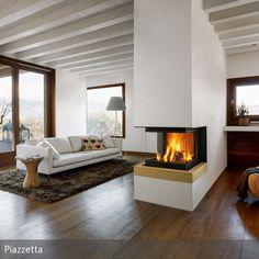 Dieser Kamin wird durch die Trennwand zum Dreh- und Angelpunkt des Raumes. Die kuschelige Kaminwärme und das warme Licht finden seinen Weg überall hin...
