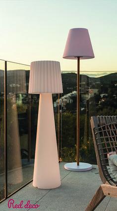 Illuminez vos soirées grâce à nos lampadaires LED sans fil. Élégants et modernes, nos lampadaires viendront apporter une touche design à votre extérieur ou intérieur. Lady C110 est un lampadaire sans fil LED multicolore avec intensité variable. Cette lampe se distingue par son design moderne et épuré mais également par son autonomie de fonctionnement (jusqu'à 12h). Standy Wood Solar est un lampadaire solaire LED blanc chaud / blanc froid avec intensité variable. #lampadairesansfil #luminaire Solar, Design Moderne, Table Lamp, Lighting, Home Decor, Bright Floor Lamp, Solar Lamp Post, Luminous Flux, Floor Standing Lamps