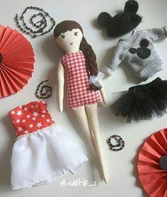 No photo description available. Felt Dolls, Doll Toys, Plush Pattern, Tiny Dolls, Sewing Dolls, Hello Dolly, Fabric Dolls, Doll Patterns, Felt Crafts