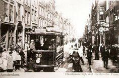 Amsterdam, 1902: Haarlemmerdijk. De elektrische tram reed voor het eerst door deze straat.
