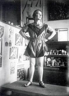 """""""Varvara Stepanova posa vestida con sus propios diseños"""", 1923. Mikhail Tsetlin, amigo de Goncharova, afirmó que: """"las mujeres han legado al patrimonio artístico de la humanidad […].Han sido ellas las colaboradoras desconocidas, ocultas, del arte. […] las que hicieron los encajes, bordaron los tejidos, tejieron las alfombras. Ellas subieron el nivel de vida artístico con sus aspiraciones estéticas"""" (""""Natalia Goncharova"""", en W. Stephens, ed., 1916, """"The Soul of Russia"""", p. 76)…"""