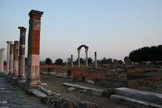La via Appia che attraversa le rovine di Minturnae  #TuscanyAgriturismoGiratola