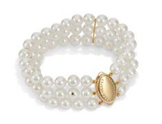 Copyright: Frederik Bicheler  Elegantes 3-reihiges Armband aus Akoya-Perlen und 585 Gelb-Goldschließe, Saphir in der Perle als Markenzeichen