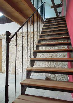 Photo DT102 - ESCADROIT® Bistrot sans contremarche. Escalier intérieur daccès mezzanine droit en métal et bois pour une décoration rétro. Cet escalier en fer forgé, avec son look fin XIXème siècle, inspiré des bistrots français, sa rampe ornée, la chaleur de ses marches bois, sintègre dans tout type dintérieur avec charme et caractère. Marches caisson avec plateau bois massif. Limon formant crémaillère côté vide et limon en tôle plane formant plinthe côté mur. Option 1ère marche arrondie e