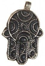 Marroquí Hamsa, 40x30mm, 15,50 €. Este colgante artesanal Hamsa plata lavada, fue hecha por un artesano local en Marruecos. La Hamsa es un encanto de Oriente Medio tradicional usado por las personas para protegerse del daño. http://nellass.com/categories/CUENTAS-DE-%C3%81FRICA/cuentas-de-Marruecos/