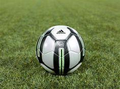 Adidas lance miCoach, un ballon de foot intelligent