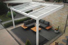 Deze luxe, aluminium schuifdak veranda monteert u aan de gevel van uw woning, kantoor of vakantiewoning. Deze aluminium schuifdak overkapping in de kleur wit (RAL 9016) is hier verkrijgbaar in 5 breedtes van 3 tot 7 meter en in 4 dieptes namelijk 2.50 en 3, 3.50 en 4 meter. Deze aluminium veranda's met verschuifbaar dak is ideaal voor de achterkant of zijkant van uw woonhuis of vakantiehuisje.  #veranda #overkapping #tuin Plaque Polycarbonate Alvéolaire, Pergola Aluminium, Outdoor Furniture Sets, Outdoor Decor, Dining Table, Modern, Inspiration, Design, Home Decor