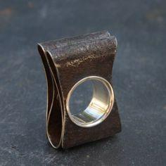 Bague pliée en argent et acier rouillé par Marianne Anselin pour l'Atelier des Bijoux Créateurs.
