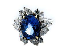 Ringweite: 53. Gewicht: ca. 5,3 g. WG 750. Edler, dekorativer Ring mit feinem, oval facettiertem Ceylonsaphir, ca. 4,1 ct, umrahmt von Brillanten und Diamanten...