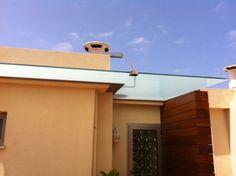 Techo en cristal laminado 10+10 mate con soportes en aluminio y acero inoxidable. Tenerife