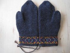Knitting Patterns Mittens Ravelry: Baritono& Birthday Mittens in Twined Knitting Fingerless Mittens, Knit Mittens, Knitted Gloves, Knitting Socks, Hand Knitting, Knitting Patterns, Small Knitting Projects, Wrist Warmers, Knitting Accessories