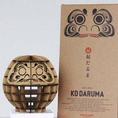 KD DARUMA(ノックダウン ダルマ)は、組み立て式の「だるま」。レーザーカット済みのパーツが印刷された、ダンボール製とベニア製があります。海外への日本土産を意識して作られたパッケージがかっこいい、クールジャパンな逸品。子供の夏休みの自由工作にもぴったり。