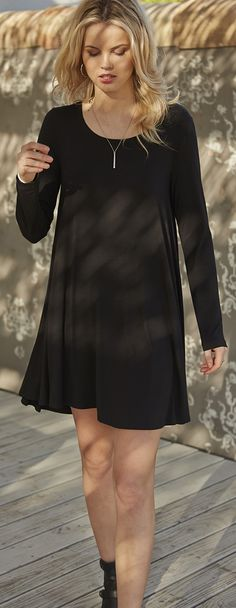 An effortless essential that is a must-have for your collection of wardrobe staples, this jersey-knit swing dress delivers off-duty comfort with undeniable style. Estilo Fashion, Look Fashion, Womens Fashion, Fashion Trends, Latest Fashion, Street Fashion, Luxury Fashion, Xl Mode, Boutique Fashion