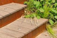 Traptreden van houten planken en verticale randen van cortenstaal, www.abk-outdoor.com