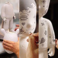 El proyecto #TheGuest invita artistas de vanguardia a otorgar distintas personalidades a este carismático ser de porcelana, concebido por #JaimeHayon para #LladroAtelier. Viene en dos tamaños, el grande en una edición limitada de 250 unidades y el pequeño en una serie numerada. ¡Un must para coleccionistas amantes del arte y el diseño! | Disponible exclusivamente en ALTRI TEMPI – #ObjectOfDesire  #altritempird #passionfordesign #design #interiordesign #decor #homedecor #porcelain #lladro…