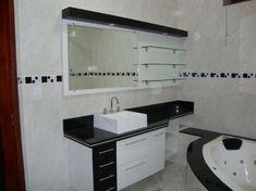 Banheiro branco e preto, um dos que mais gostei, com pastilhas pretas e cinzas.