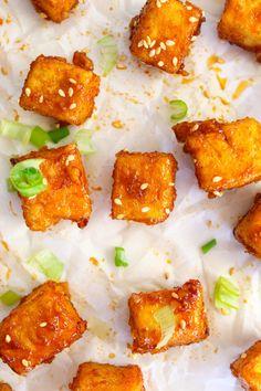 Spicy Honey Garlic Tofu Bites - XO&So: Vegetarian Comfort Food Meat Recipes, Indian Food Recipes, Asian Recipes, Healthy Recipes, Vegetarian Comfort Food, Vegetarian Recipes Dinner, Vegan Meals, Essen
